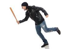 Agresywny mężczyzna z kijem bejsbolowym na bielu Fotografia Stock