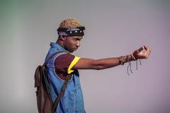 agresywny młody amerykanina afrykańskiego pochodzenia mężczyzna gestykuluje daleko od i patrzeje Zdjęcie Stock