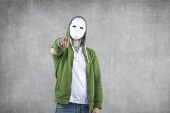 Agresywny młody człowiek w masce Obrazy Stock