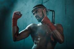 Agresywny młody Muay tajlandzki bokser trenuje tajlandzkiego boks Zdjęcia Royalty Free