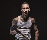 Agresywny mięśniowy mężczyzna z młotem Zdjęcie Stock
