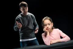 Agresywny ojciec krzyczy przy wzburzoną małą córką Zdjęcie Stock