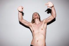 Agresywny silny mężczyzna Samiec pokazuje daleko mięśnie Obrazy Stock