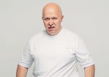 Agresywny starego człowieka portret na białym tle Fotografia Stock