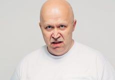 Agresywny starszego mężczyzna portreta bielu tło Obrazy Stock