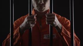 Agresywny więzień chwyci więzienie bary, niesłusznie sądzącego, dworskiego zdania prośba, zbiory wideo
