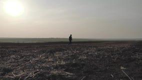 Agricoltore adulto che esamina campo arato, preparante terra per seminare Concetto stagionale degli impianti agricoli video d archivio