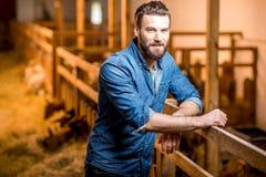 Agricoltore al granaio della capra Fotografia Stock Libera da Diritti