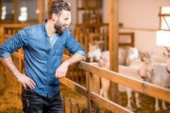 Agricoltore al granaio della capra Fotografie Stock Libere da Diritti