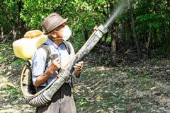 Agricoltore anziano che spruzza gli alberi Fotografia Stock Libera da Diritti