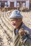 Agricoltore anziano sul suo campo Fotografie Stock