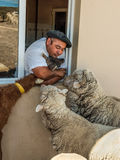 Agricoltore argentino con i loro animali sull'azienda agricola Immagine Stock