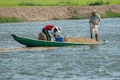 Agricoltore asiatico che si alimenta, stagno di pesce, industria della pesca Fotografie Stock Libere da Diritti