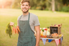 Agricoltore bello che sorride alla macchina fotografica Fotografia Stock