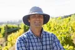 Agricoltore bello che sorride nel campo un giorno soleggiato Immagini Stock Libere da Diritti