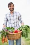 Agricoltore bello con il canestro di veg Immagini Stock