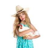 Agricoltore biondo della ragazza del bambino che tiene gallina bianca sulle armi Fotografia Stock Libera da Diritti