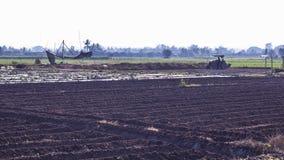 Agricoltore che ara il suolo sul suo trattore, Asia Tailandia Fotografia Stock