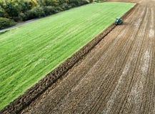Agricoltore che ara un campo, vista aerea Fotografia Stock
