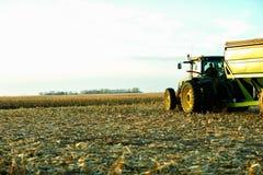 Agricoltore che aspetta in suoi trattore e rimorchio Immagine Stock