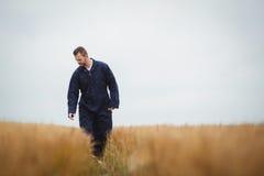 Agricoltore che controlla i suoi raccolti Fotografie Stock
