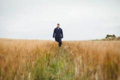 Agricoltore che controlla i suoi raccolti Fotografia Stock Libera da Diritti