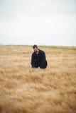 Agricoltore che controlla i suoi raccolti nel campo Immagine Stock Libera da Diritti