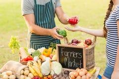 Agricoltore che dà pepe al cliente Immagini Stock Libere da Diritti