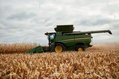 Agricoltore che determina una mietitrebbiatrice Fotografie Stock Libere da Diritti