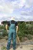 Agricoltore che guarda il suo orto urbano Fotografia Stock