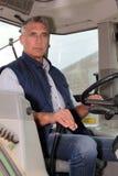 Agricoltore che guida trattore Immagine Stock