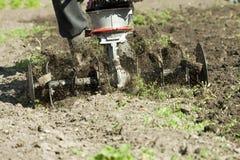 Agricoltore che lavora con la macchina dell'aratro Fotografia Stock