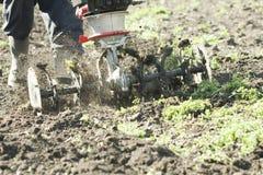 Agricoltore che lavora con una macchina dell'aratro Fotografia Stock Libera da Diritti