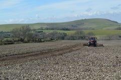 Agricoltore che lavora il suo campo del raccolto in Sussex Fotografia Stock