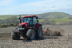 Agricoltore che lavora il suo campo del raccolto in Sussex Fotografie Stock Libere da Diritti