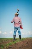 Agricoltore che lavora nel campo di grano Fotografia Stock