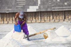 Agricoltore che lavora nel giacimento del sale Fotografia Stock