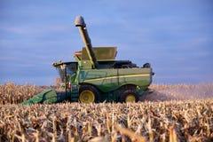 Agricoltore che per mezzo di una mietitrebbiatrice Immagine Stock Libera da Diritti