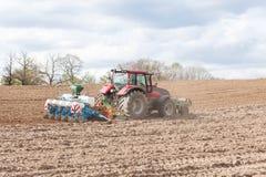 Agricoltore che pianta il raccolto della molla con una piantatrice agricola Fotografia Stock Libera da Diritti