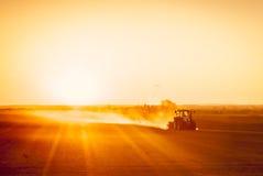 Agricoltore che prepara il suo campo in un trattore pronto per la molla Fotografia Stock Libera da Diritti