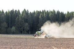 Agricoltore che prepara terreno coltivabile Immagine Stock