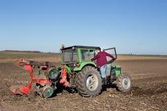 Agricoltore che scala sul trattore Fotografie Stock Libere da Diritti