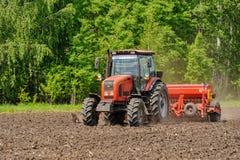 Agricoltore che semina i raccolti al campo Immagini Stock Libere da Diritti