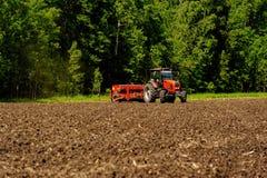 Agricoltore che semina i raccolti al campo Fotografia Stock