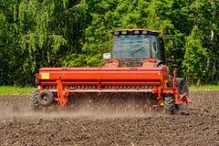 Agricoltore che semina i raccolti al campo Immagine Stock