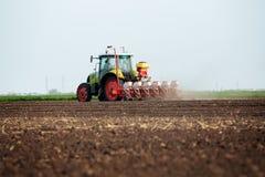 Agricoltore che semina i raccolti al campo Immagine Stock Libera da Diritti