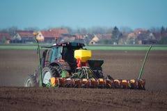 Agricoltore che semina i raccolti al campo Fotografie Stock