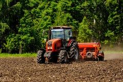 Agricoltore che semina i raccolti al campo Fotografie Stock Libere da Diritti