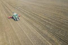 Agricoltore che semina i raccolti al campo Semina della vista aerea Fotografie Stock