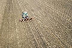 Agricoltore che semina i raccolti al campo Semina della vista aerea Fotografie Stock Libere da Diritti